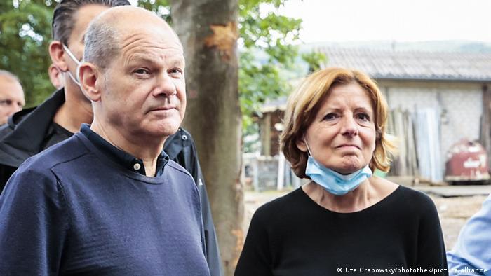 Malu Dreyer und Olaf Scholz mit Journalisten im vom Hochwasser gebeultetem Bad Neuenahr.