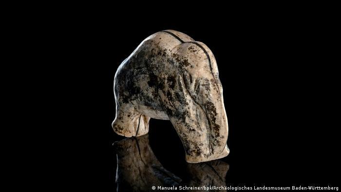 Ein geschnitztes Mammutfigürchen mit gesenktem Rüssel.