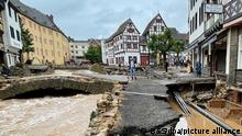 Blick in eine Straße in Bad Münstereifel nach schweren Regenfällen und dem Hochwasser der Erft. +++ dpa-Bildfunk +++