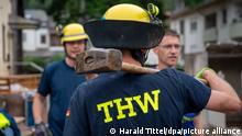Trier, 17/07/2021*** Ein THW-Helfer steht mit einem Vorschlaghammer im Stadtteil Ehrang, um bei den Aufräumarbeiten nach dem Hochwasser der Kyll zu helfen. Zahlreiche Häuser im Ort waren betroffen, Bewohner mussten evakuiert werden.