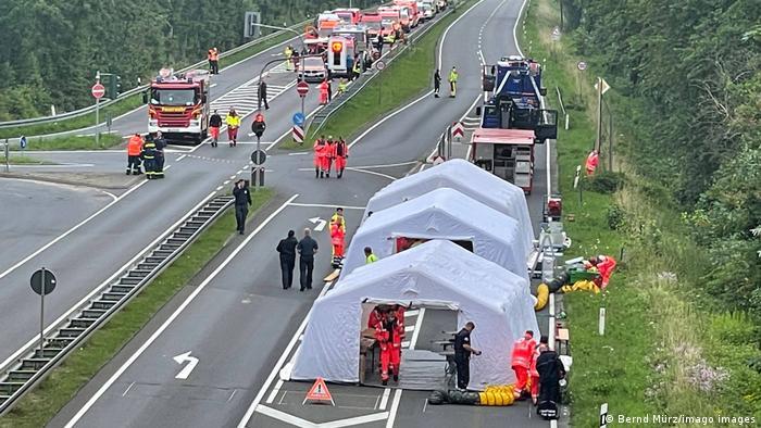 امدادگران برای کمک به سیلزدگان در منطقه ارفتشتاد (Erftstadt) مستقر شدهاند.