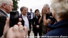 17/07/2021*** Bundespräsident Frank-Walter Steinmeier (l-r), Ministerpräsident Armin Laschet (CDU) und Carolin Weitzel (CDU), Bürgermeisterin von Erftstadt, sprechen mit einem Anwohner in Erftstadt. Steinmeier und Laschet wollen sich vor Ort ein Bild der Schäden durch das Hochwasser machen. +++ dpa-Bildfunk +++