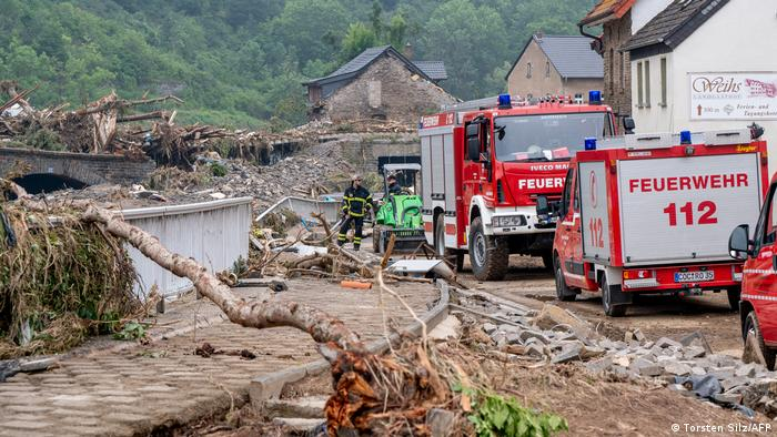 Feuerwehrfahrzeuge in zerstörten Straßen