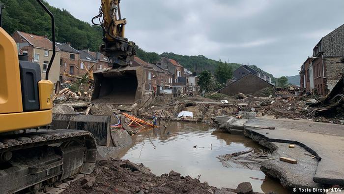 Экскаватор в пострадавшем от наводнения районе Бельгии