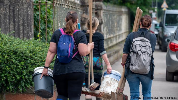 در آلمان موجی از همدلی و همبستگی با سیلزدگان دو ایالت غربی نوردراین وستفالن و رایلندفالتس به راه افتاده است. تصویری از زنانی که با بیل، جارو و سطل برای کمک به دوستان سیلزده خود راهی منطقه شدهاند.
