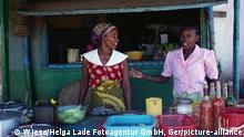 G52015 Madagaskar Menschen Madagaskar Diego Suarez 02 Frauen am Imbißstand Markt Straßenverkauf Madagascar 02 women selling snacks market Geografie Afrika Madagaskar Menschen G52015 Madagaskar Diego Suarez Imbißstand