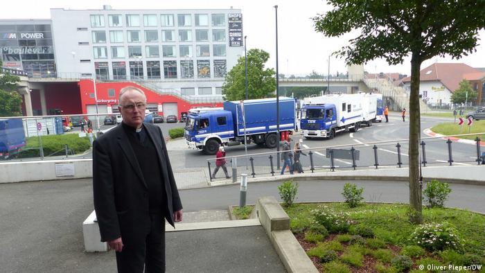 La gente mayor que está en el hotel pasa mucho tiempo en la cama porque están completamente destrozados, dice el pastor Klaus Kohnz