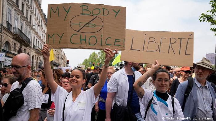 Mi cuerpo, mi decisión y libertad: decenas de miles de personas protestaron en París el 17 de julio contra la vacunación obligatoria para varias profesiones.