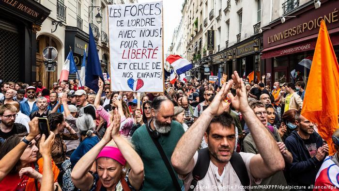 Paris'te göstericilerin maske takmadığı dikkat çekti