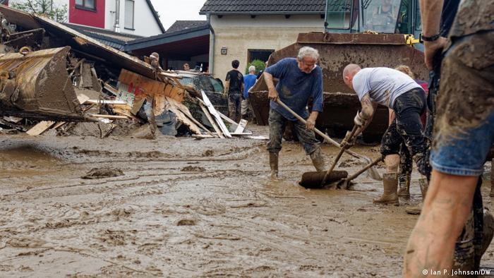 Tamo gde se voda povukla, ostaje smrdljivo blato, kao ovde u Zincigu.