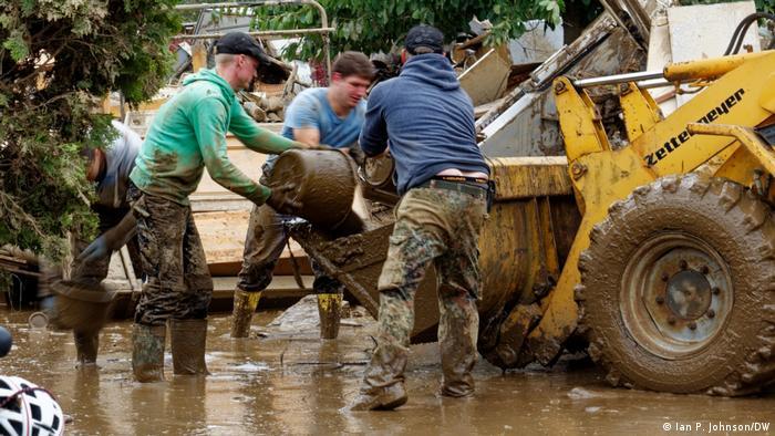 Волонтери допомагають з наслідками катастрофи