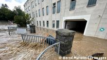 17.07.2021+++ ID 339 Land unter in Selbitz. Katastrophale Zustände in der bayrischen Gemeinde. So ein Hochwasser haben die Menschen hier noch nicht erlebt. Mitarbeiter einer Firma sind von den Wassermassen eingeschlossen. Autos hat es weggespült. Anwohner schütten das Wasser mit Eimern aus ihren Wohnungen, schlichten Standsäcke. Die Feuerwehr ist mit einem Großaufgebot im Einsatz, das THW unterstützt. Der Ort wird teilweise abgeriegelt. Es gibt unzählige Einsatzstellen. Schwere Unwetter gingen vor gut einer Stunde im bayrischen Selbitz nieder. Enorme Regenmengen gingen in der Gegend um Selbnitz nieder. Gut 70 Liter auf dem Quadratmeter in kurzer Zeit gingen nieder. Der Ort wurde komplett überflutet, Autos werden mitgerissen. Häuser sind teilweise von