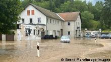17.07.2021+++ News Bilder des Tages ID 339 Land unter in Selbitz. Katastrophale Zustände in der bayrischen Gemeinde. So ein Hochwasser haben die Menschen hier noch nicht erlebt. Mitarbeiter einer Firma sind von den Wassermassen eingeschlossen. Autos hat es weggespült. Anwohner schütten das Wasser mit Eimern aus ihren Wohnungen, schlichten Standsäcke. Die Feuerwehr ist mit einem Großaufgebot im Einsatz, das THW unterstützt. Der Ort wird teilweise abgeriegelt. Es gibt unzählige Einsatzstellen. Schwere Unwetter gingen vor gut einer Stunde im bayrischen Selbitz nieder. Enorme Regenmengen gingen in der Gegend um Selbnitz nieder. Gut 70 Liter auf dem Quadratmeter in kurzer Zeit gingen nieder. Der Ort wurde komplett überflutet, Autos werden mitgerissen. Häuser sind teilweise von