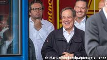 Erftstadt, 17/07/2021*** Armin Laschet (2. v.l., CDU), Ministerpräsident von Nordrhein-Westfalen, lacht während Bundespräsident Steinmeier (nicht im Bild) ein Pressestatement gibt. Links steht Christian Wiermer, Sprecher der Landesregierung.