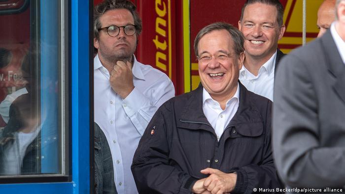 مرشح الاتحاد المسيحي لتولي المستشارية أرمين لاشيت يضحك خلال زيارة لمناطق متضررة من الفيضانات