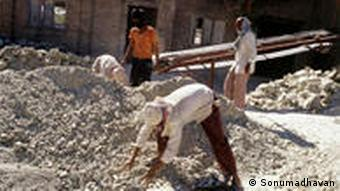 Banned or restricted in 52 countries, asbestos use is growing quickly in developing countries like India. (Credit: Sonumadhavan) http://www.publicintegrity.org/investigations/asbestos/articles/entry/2240/ Zulieferer: Thomas Bärthlein, 23. Juli 2010
