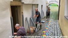 Anwohner sichern ihre Häuser vor dem drohenden Hochwasser. In Passau steigen die Wasserstände der Flüsse stündlich weiter an. +++ dpa-Bildfunk +++ Passau, 18.07.2021