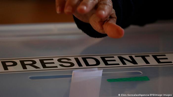 Foto simbólica de una persona que emite su voto en Chile