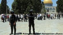18.07.2021 Israeli police officers stand guard as Jewish men visit the Dome of the Rock Mosque in the Al Aqsa Mosque compound, during the annual mourning ritual of Tisha B'Av (the ninth of Av) -- a day of fasting and a memorial day, commemorating the destruction of ancient Jerusalem temples, in the Old City of Jerusalem, Sunday, July 18, 2021. (AP Photo/Mahmoud Illean)