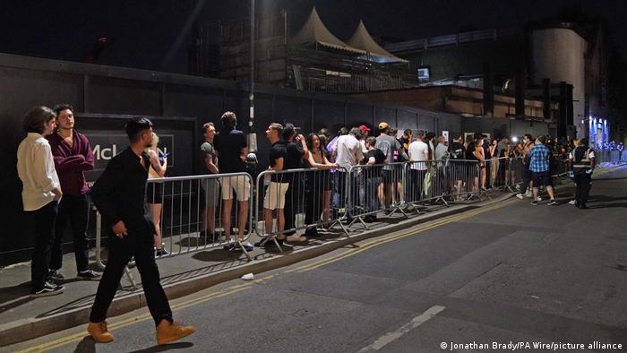 Großbritannien London | Schlange for Nachtclub nach Ende aller Corona-Maßnahmen