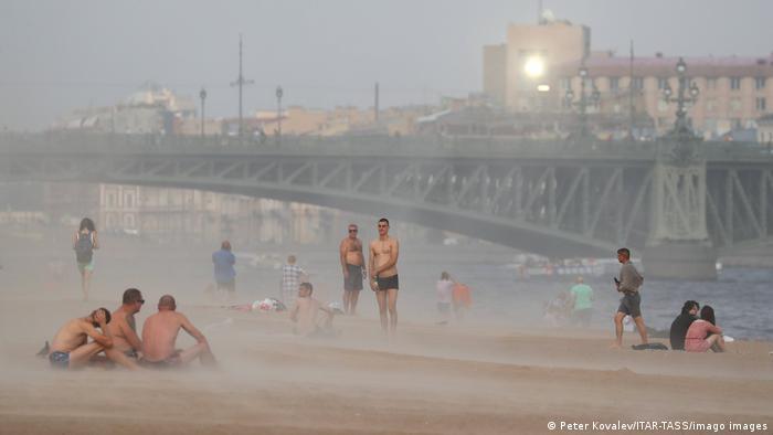 Люди на набережной Невы во время песчаной бури 15 июля 2021 года