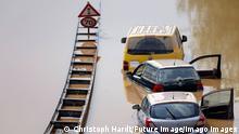 News Themen der Woche KW28 Nach der Hochwasser-Katastrophe im Erftkreis gehen die Aufräumarbeiten weiter. Bei den Bergungsarbeiten der zerstörten Autos in Erftstadt-Liblar kommen auch Sonar, Bundeswehrpanzer und Taucher zum Einsatz: Sie überprüfen die massiv beschädigten Fahrzeuge auf der B256 Luxemburger Straße. Die Fahrer der Autos und LKWs waren von den Wassermassen überrascht worden, konnten sich nach bisherigen Erkenntnissen offenbar noch eilig in Sicherheit bringen. Erftstadt, 17.07.2021 *** After the flood disaster in the Erftkreis, the cleanup work continues In the recovery work of the destroyed cars in Erftstadt Liblar, sonar, Bundeswehr tanks and divers are also used They check the massively damaged vehicles on the B256 Luxemburger Straße The drivers Foto:xC.xHardtx/xFuturexImage