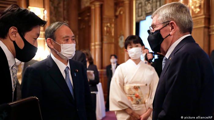 Yoshihide Suga und Thomas Bach, Chef des Internationalen Olympischen Komitees