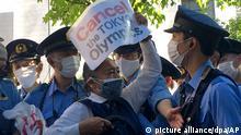 Ein Demonstrant wird bei einem Protest gegen die Olympischen und Paralympischen Sommerspiele von Polizisten umringt. +++ dpa-Bildfunk +++