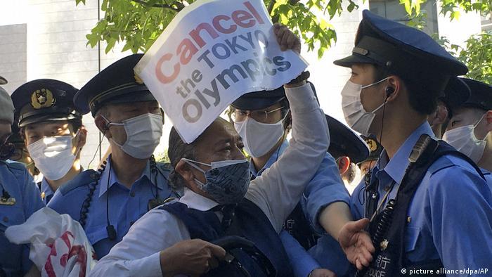 Участник протеста против проведения Олимпиады в Токио