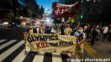 Demonstranten tragen bei einem Protest gegen die Austragung der Olympischen Spiele 2020 in Tokio ein Banner mit der Aufschrift Die Olympischen Spiele töten die Armen. Die Olympischen Spiele 2020 sind die aktuellen Olympischen Sommerspiele und sollen corona-bedingt vom 23. Juli bis zum 8. August 2021 in Tokio stattfinden. +++ dpa-Bildfunk +++