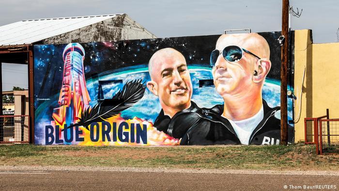 Wandgemälde mit Jeff Bezos und seinem Bruder Mark neben ihrer Blue-Origin-Weltraumkapsel