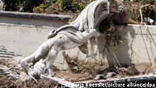 Eine Statue liegt inmitten von Schutt und Geröll in Marienthal. Das kleine Dorf wurde weitestgehend zerstört. +++ dpa-Bildfunk +++