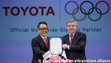 ARCHIV 2015 *** epa04660486 International Olympic Committee (IOC) President Thomas Bach (R) and Toyota Motor Cop. President Akio Toyoda show the signed agreement after signing ceremony of Toyota becoming part of The Olympic Partner (TOP) program in Tokyo, Japan, 13 March 2015. Toyota Motor announced on 13 March it has entered into sponsorship agreement with the IOC to become part of The Olympic Partner (TOP) program. EPA/KIMIMASA MAYAMA ++ +++ dpa-Bildfunk +++