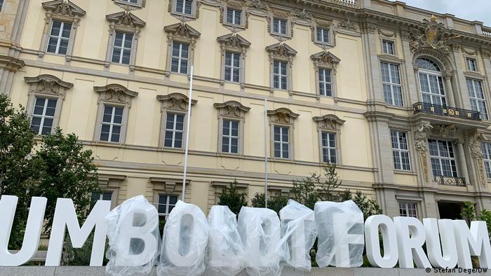 Blick auf die rekonstruierte Fassade des Humboldt Forums. Davor warten große Buchstaben, ausgepackt zu werden