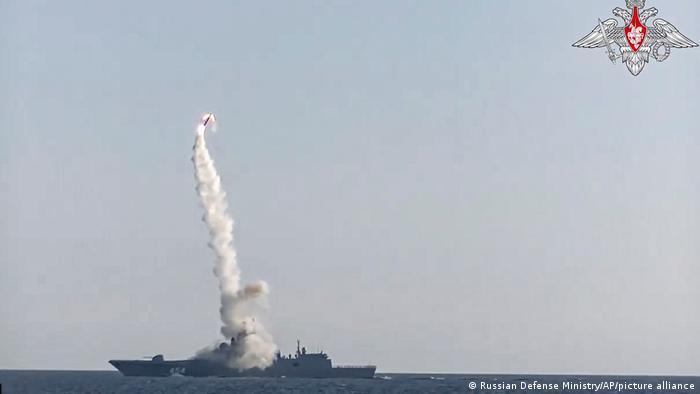 نیروی دریایی ارتش روسیه از معدود نیروهای دریایی جهان است که مجهز به موشکهای مافوق صوت است. موشک SS-N-33 Zirkon (تصویر) با سرعت ۸ برابر صوت و برد ۲۵۰ تا ۵۰۰ کیلومتر پرواز میکند و توانایی تجهیز به کلاهک هستهای را نیز دارد.