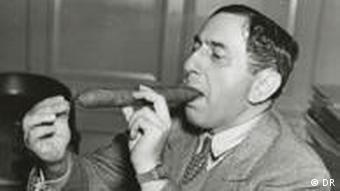 Ernst Lubitsch zündet sich eine große Zigarre an (Foto: DP)