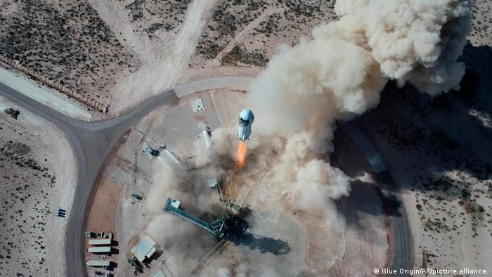 El cohete New Shepard de Blue Origin, de 18 metros, acelerará hacia el espacio a una velocidad tres veces superior a la del sonido, o Mach 3, antes de separarse de la cápsula y regresar para un aterrizaje vertical.