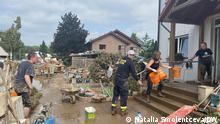 Bildbeschreibungen: Schenja Spiglazova, Ehrenamtliche, hilft bei Hochwasser in Sinzig Hochwasser in Sinzig.