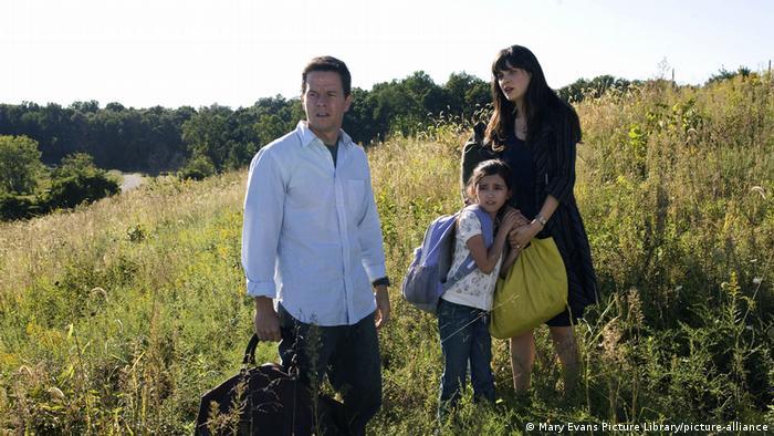 Mark Wahlberg steht in einer Szene des Films The Happening mit einer Frau und einem Mädchen auf einem Hügel.