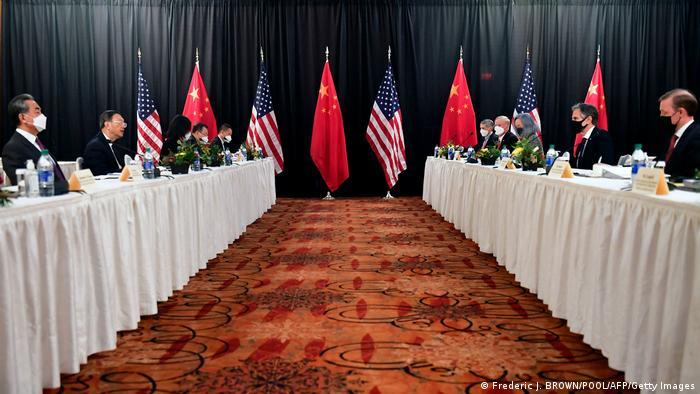 Representantes de China e EUA durante encontro