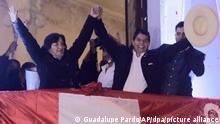 19.07.2021+++Pedro Castillo, Mitte, feiert mit seiner Kandidatin Dina Boluarte, nachdem er von den Wahlbehörden in Lima, Peru, zum Präsidenten von Peru erklärt wurde. Castillo wurde mehr als einen Monat nach den Wahlen zum Präsidenten erklärt, nachdem seine Gegnerin Keiko Fujimori behauptet hatte, die Wahl sei durch Betrug beeinträchtigt worden. (Wiederholung mit verändertem Bildausschnitt) +++ dpa-Bildfunk +++