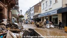 Schutt und Schlamm liegt in einer Straße. Gegenstände aus einem Haus. Massive Regenfälle haben in Bad Neuenahr in Rheinland-Pfalz wie auch im ganzen Landkreis Ahrweiler für Überschwemmungen gesorgt. +++ dpa-Bildfunk +++