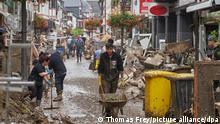Anwohner und Ladeninhaber versuchen, ihre Häuser vom Schlamm zu befreien und unbrauchbares Mobiliar nach draußen zu bringen. In den vom Unwetter betroffenen Gebieten beginnen die Aufräumungsarbeiten +++ dpa-Bildfunk +++