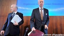 SENDESPERRFRIST ZU VERWENDUNG 18 UHR (FREITAG, 23.07.2010) !! Bundesbankvizepräsident Franz-Christoph Zeitler (r) und Jochen Sanio, Präsident der Bundesanstalt für Finanzdienstleistungsaufsicht (BaFin) präsentieren die deutschen Ergebnisse des EU-weiten Stresstests für Banken auf einer Pressekonferenz in Frankfurt am Freitag (23.07.2010). Die Ergebnisse waren seit Tagen mit Spannung erwartet worden. Foto: Boris Roessler dpa/lhe