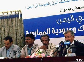من فعالية لمناهضة العبودية في اليمن. (من اليمين) المحامي محمد ناجي علاو، والمستعبد السابق قناف مع أخيه يحي، والصحفي عمر العولقي.