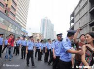 Am 25.07.2010 demonstrieren Tausende von Einwohner in der Stadt Guangzhou, China. Sie protestieren gegen den Plan von der örtlichen Behörde, Radio- und TV-Sendungen auf Guangzhou-Dialekt (Cantonese) einzustellen.    Zulieferer: Fengbo Wang