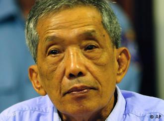 کینگ گوئگ ایو، رئیس یکی از زندانهای خمرهای سرخ. محاکمهی او در ماه مارس سال ۲۰۰۹ آغاز شد