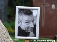 Ein Foto von Dominik Brunner an seinem Grab (Foto: DPA)