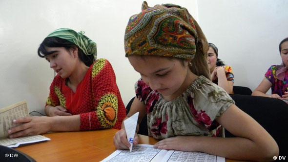 دختران تاجیک در مرکز فرهنگی ایران
