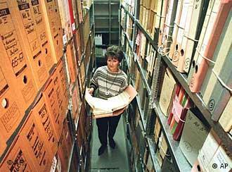 Eine Mitarbeiterin zwischen hohen Regalen mit Stasi-Akten (Foto: AP)